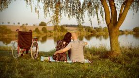Paar mit Rollstuhl am See ©Kitty - Fotolia
