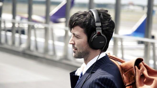 Sony MDR-1RNC im Test Der Sony MDR-1RNC ist trotz seiner Größe für unterwegs gedacht: Mit Freisprechmikrofon ist er Smartphone-tauglich und das Noise-Cancelling filtert perfekt Umgebungslärm in Bahn und Flugzeug. ©Sony