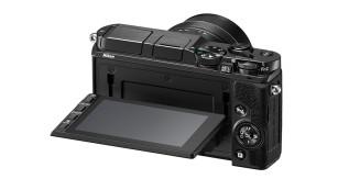 Nikon 1 V3: Kompakte Systemkamera im Test Der Monitor der Nikon 1 V3 l�sst sich heraus klappen. N�tzlich f�r Aufnahmen in Bodenn�he oder �ber Kopf. Praktisch ist die eingebaute Touch-Funktion. ©Nikon