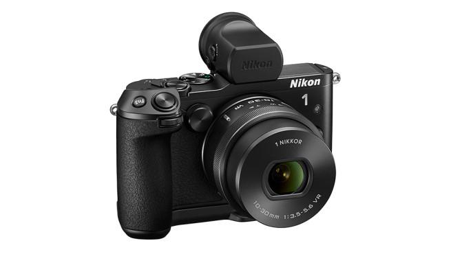 Nikon 1 V3 mit Griff und Sucher ©Nikon