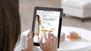 Frau shoppt online mit iPad ©Klarna