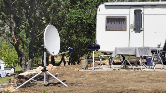 TV im Garten per Satellit ©Robepco-Fotolia.com