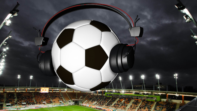 Fußball mit Kopfhörern©Dreadlock - Fotolia.com
