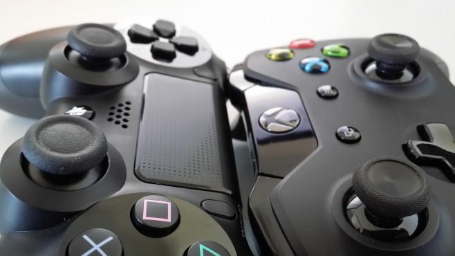 Ein Vergleich zwischen PS4- und XONE-Controller ©Sony, COMPUTER BILD SPIELE