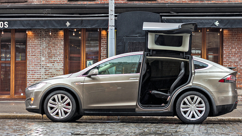 tesla model x erster fahrbericht computer bild. Black Bedroom Furniture Sets. Home Design Ideas