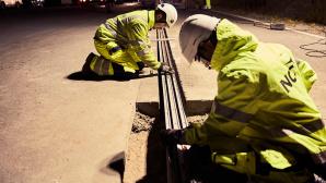 Schwedisches Projekt: eAutos laden beim Fahren Projekt eRoad Arlanda: Mitarbeiter verlegen die Stromschienen im Asphalt. ©eRoad Arlanda