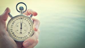 ©Fotolia-- Ovidiu Iordachi-Old chronometer in man hand, vintage style