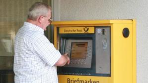 Kunde am Briefmarkenautomat©Deutsche Post AG
