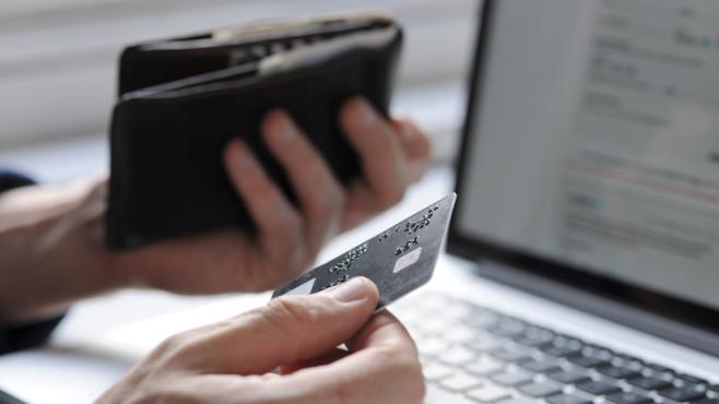 Onlineshopping: Kredit- und EC-Karte allein reichen nicht mehr Online Bezahle ist nun komplizierter: Zusätzlich zur Kreditkarte brauchen Kunden künftig ein Passwort oder einen anderen Indentitäts-Nachweis. ©Johnnie Davis/gettyimages