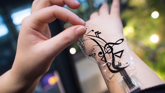 Sensoren auf der Haut steuern Smartphone ©Oliver Dietze