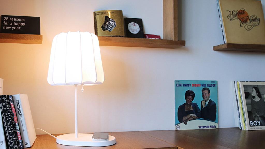ikea lampe l dt handys kabellos auf computer bild. Black Bedroom Furniture Sets. Home Design Ideas