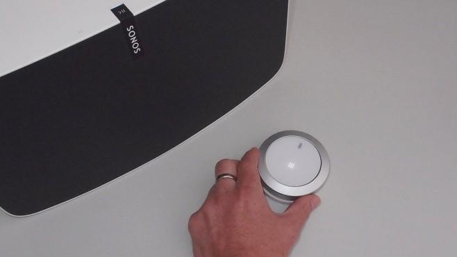 Der Senic Nuimo ist eine Fernbedienung für das Smart-Home Über den äußeren Alu-Ring vom Nuimo lässt sich zum Beispiel die Lautstärke von Sonos Lautsprechern steuern.©COMPUTER BILD