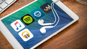 Musik-Streaming-Apps im Test © istock.com; samsonovs, Spotify, Apple, Deezer, Napster, Google