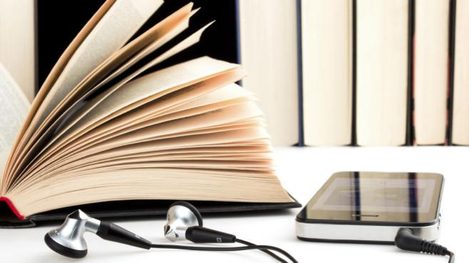 Buch mit Smartphone und Kopfhörern ©v.poth – Fotalia.com