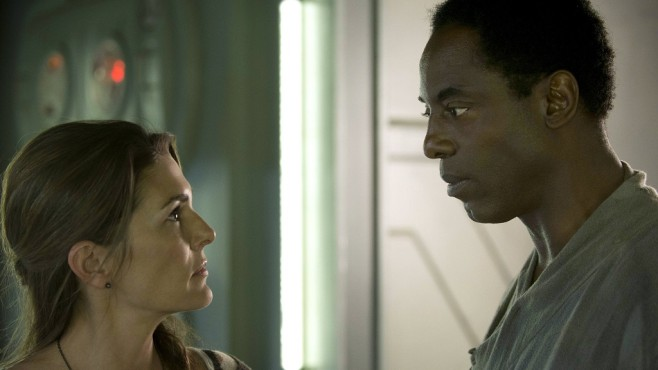The 100: Paige Turco, Isaiah Washington © Warner Bros. Entertainment Inc.