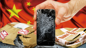 Handy mit gerissenem Display vor China-Flagge © Bloomua � Fotolia.com, mattjeacock/gettyimages