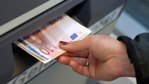 Hand zieht Geld aus Geldautomaten ©COMPUTER BILD, ©istock.com/Dirk Freder