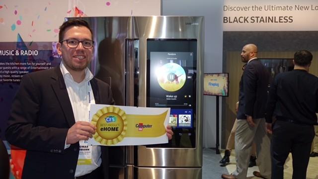 """Samsung zeigt Kühlschrank mit Mega-Display Online-Shopping, Kamera-Bild vom Kühlschrank-Innenraum und XL-Touchscreen – für so viel technische Innovation gibt es von COMPUTER BILD für Samsung in diesem Jahr den """"Best Product Award"""" in der Kategorie """"eHome"""". Thomas Kahmann (Head of PR Samsung) nimmt ihn stolz entgegen. ©COMPUTER BILD"""