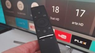 Mit Ultra-HD und HDR: Samsungs TV-Modellreihen KS8090, KS9090 und KS9590 Fernbedienung und Menü hat Samsung neu gestaltet, beide überzeugten im Test. Damit gelingt der Wechsel zwischen TV-Programm und Streaming-Angeboten einfach. ©COMPUTER BILD