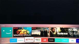 Mit Ultra-HD und HDR: Samsungs TV-Modellreihen KS8090, KS9090 und KS9590 Ein Druck auf die Menü-Taste der Fernbedienung blendet die Favoritenleiste mit TV-Sendern, Apps und den zuletzt gesehenen Titeln von Streaming-Diensten ein. ©COMPUTER BILD