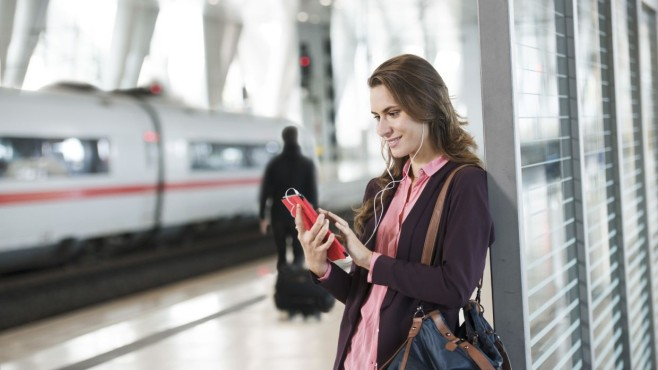 Frau mit Tablet auf Bahnsteig ©Deutsche Bahn