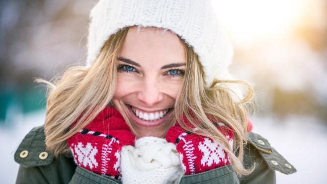 Lachende Frau im Winter ©©istock.com/mihailomilovanovic
