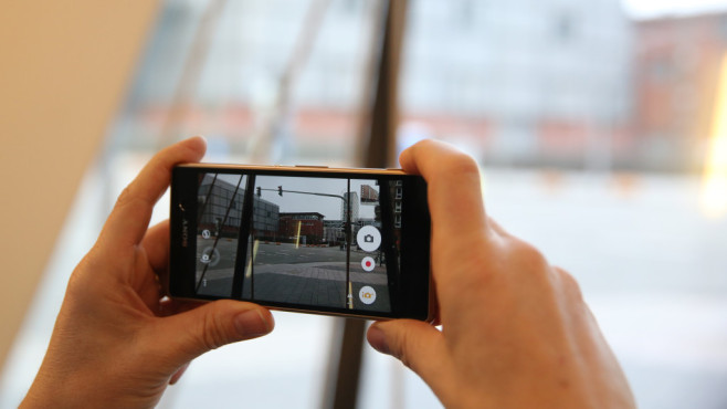 Nicht selbstverständlich: Die Kamera-Taste am Gehäuse zum Starten und Auslösen. ©COMPUTER BILD