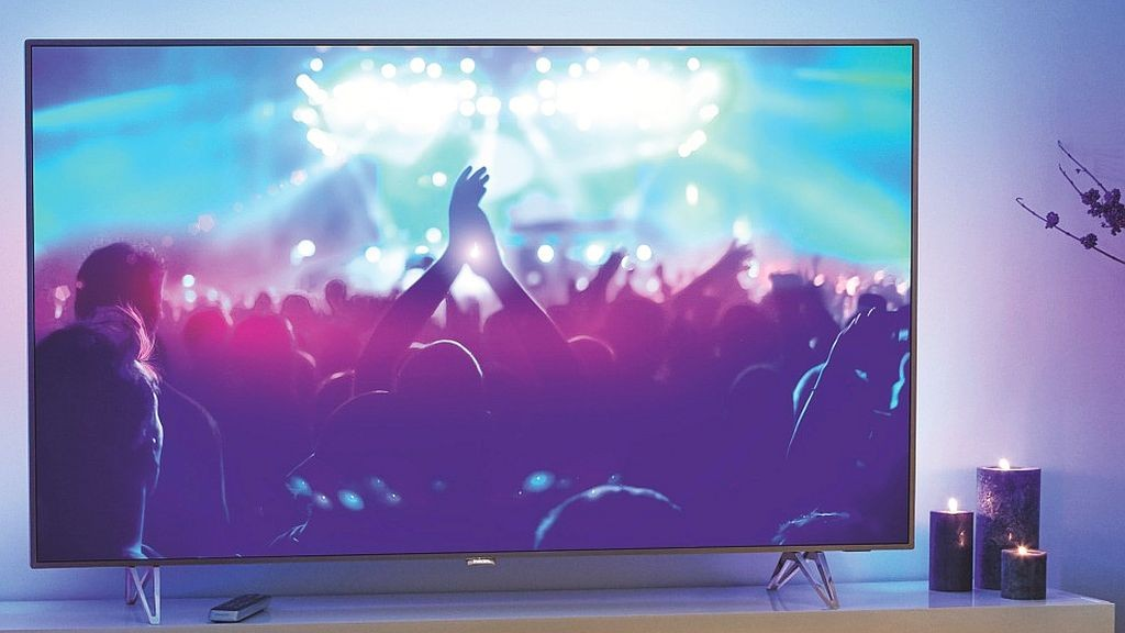 Licht und Schatten: Philips-TV kann hell und dunkel Der Philips 65PUS7601 beeindruckt mit großer Helligkeit und kann gleichzeitig tiefes Schwarz im Bild darstellen - dank aufwändiger Local-Dimming-Technik. Das Ambilight sorgt für die bunte Licht-Aura. ©Philips
