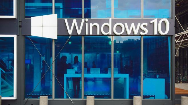 Gebäude mit Windows 10 -Logo ©©istock.com/Michal Krakowiak