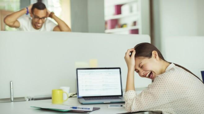 Menschen lachen am Notebook ©Robert Daly - Fotolia.com