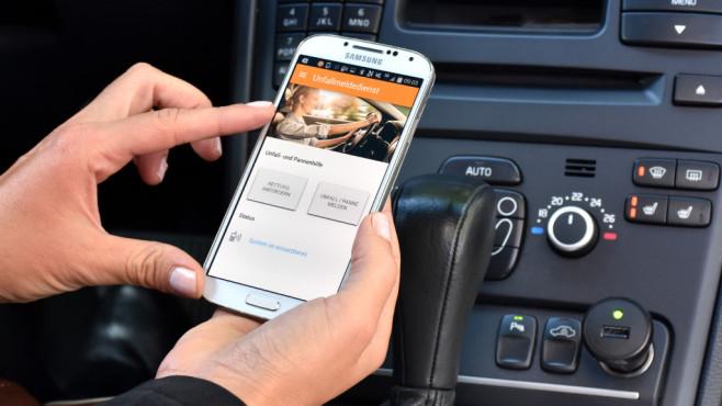 Deutschlands Kfz-Versicherer starten eigenes Notrufsystem Das neue Unfallmeldesystem für Autofahrer: Per App wird die Notrufzentrale alarmiert. ©GDV