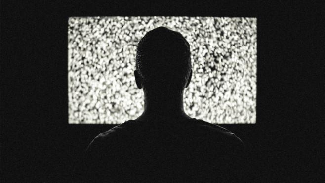 Mann vor TV-Gerät ©pexels.com