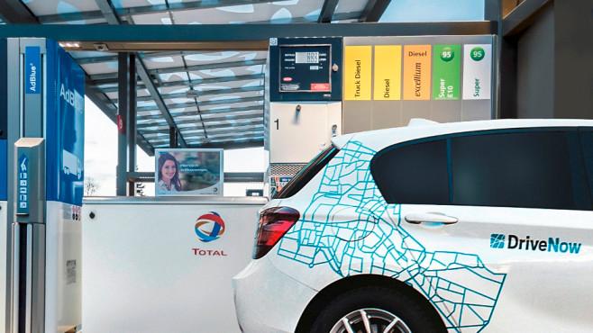 DriveNow Auto tankt bei Total ©DriveNow