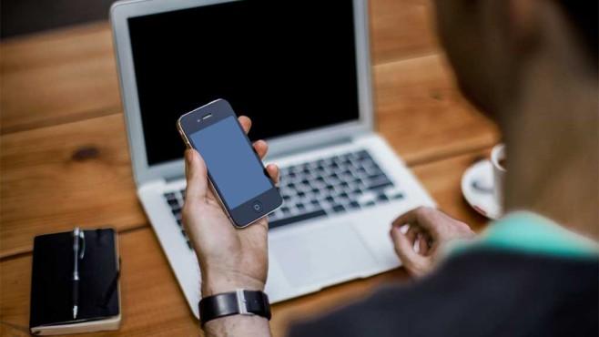 Mann mit Notebook und Smartphone ©pexels.com