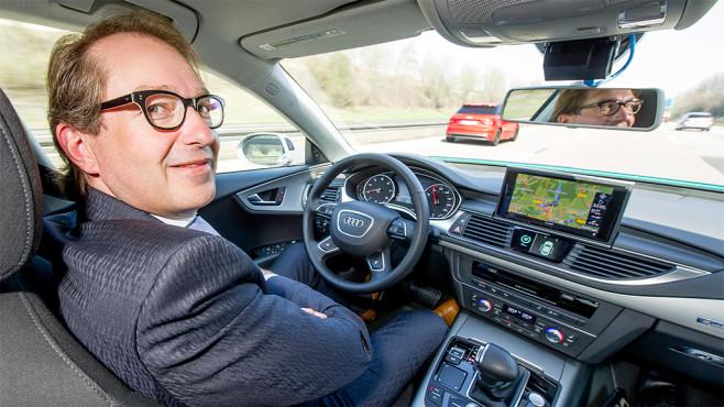 Verkehrsminister Dobrindt im autonomen Audi ©Audi