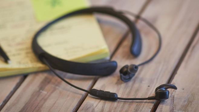 Bose QuietControl 30: Neue In-Ears mit Lärm-Bremse Beim Bose QuietControl 30 lässt sich über Tasten am Freisprechmikrofon einstellen, wie stark Außengeräusche unterdrückt werden. ©BOSE