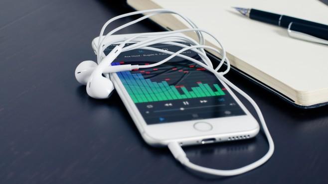 Smartphone mit Kopfhörern spielt Musik ab. ©pexels.com