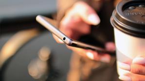 Frau hält Smartphone in der Hand ©pexels.com