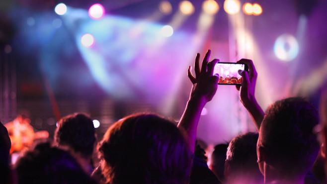 Smartphone auf Konzert ©Maxiphoto/istockphoto/Getty Images