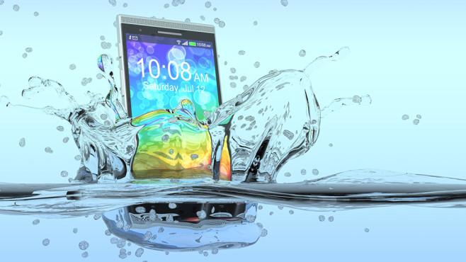 Handy fällt ins Wasser ©Lucadp-Fotolia.com