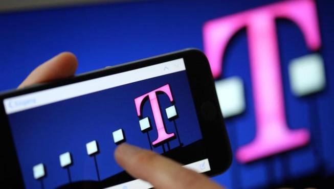 Telekom Logo auf Smartphone ©Dpa Bildfunk