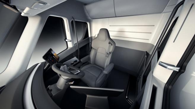 Tesla Truck Semi Fahrer sitzt mittig
