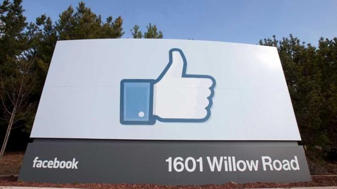 Facebook Like-Daumen ©dpa-Bildfunk