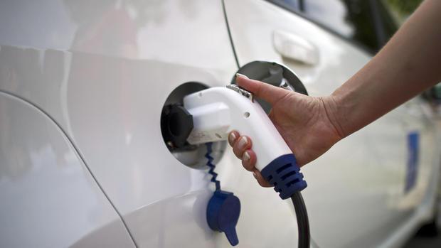 Tanken beim Elektrofahrzeug ©dpa Bildfunk