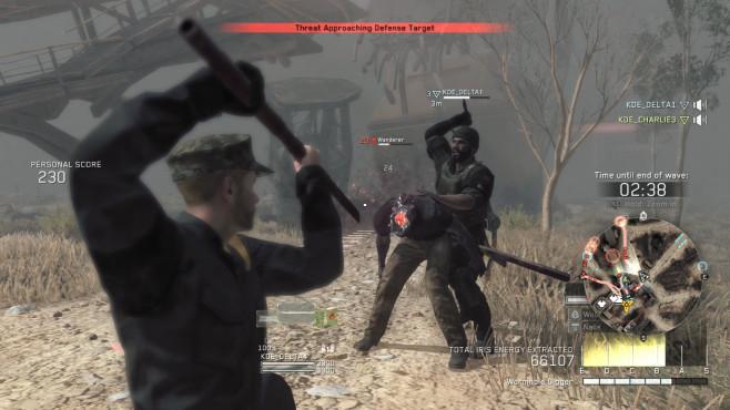 Metal Gear Survive angespielt: Kampf ums Überleben! Im Multiplayer-Modus lenkt ein Spieler diesen Wanderer ab, während der andere ihn von hinten mit dem Messer überrascht. ©Konami