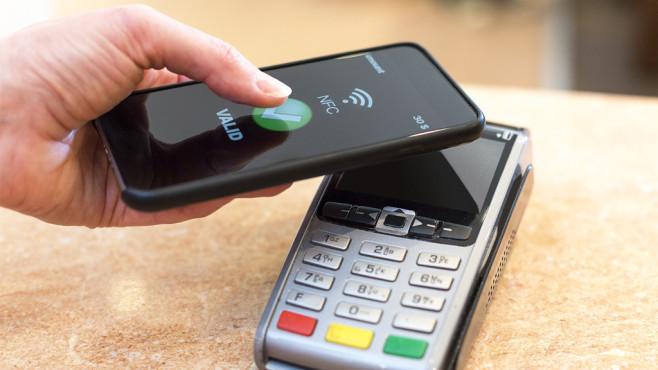 Kontaktloses Zahlen mit Smartphone ©s4svisuals-Fotolia.com
