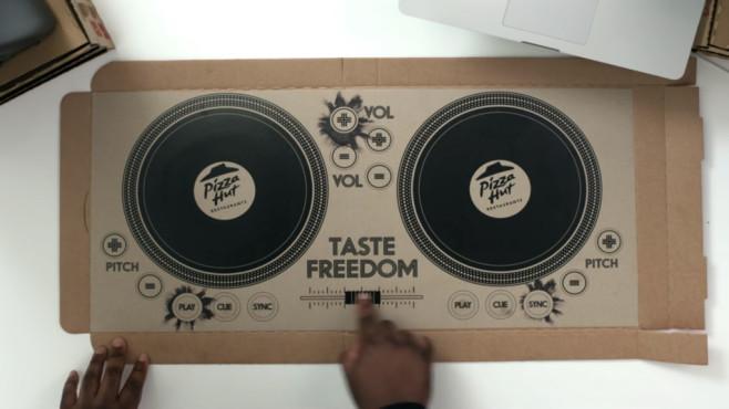Dieser Pizza-Karton wird zum DJ-Pult Zwei Plattenspieler und ein Mischpult stehen dem Pizza-Liebhaber zur Verfügung. ©Pizza Hut