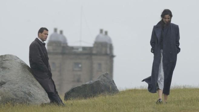 Rebecca Hall und Dominic West bei Wind und Wetter ©Alex Bailey/ZDF