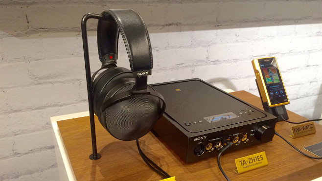 Neuer Edel-Kopfhörer Sony MDR-ZR1 Als adäquate Spielpartner für den Kopfhörer MDR-ZR1 bietet Sony den Verstärker TA-ZH1ES und den Walkman NW-WM1Z an. ©COMPUTER BILD