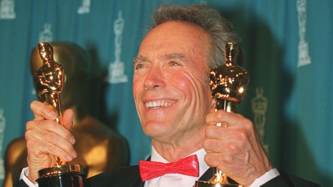 Eastwood mit den ersten Oscars © Mike Nelson/gettyimages